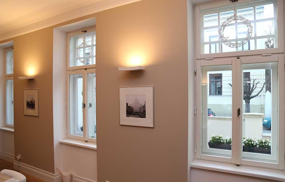 Weiß lackierte Holzkastenfenster